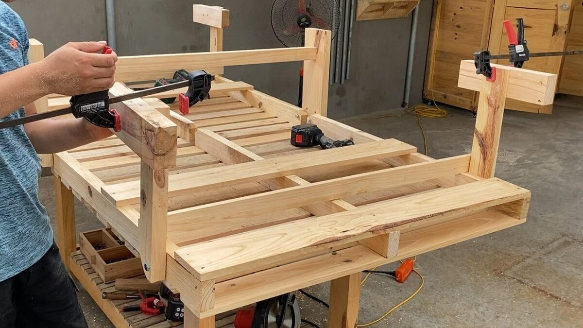 Space Saving Idea For Your Home From Wooden Pallets// Backup Folding Bed When Your House Has Guests
