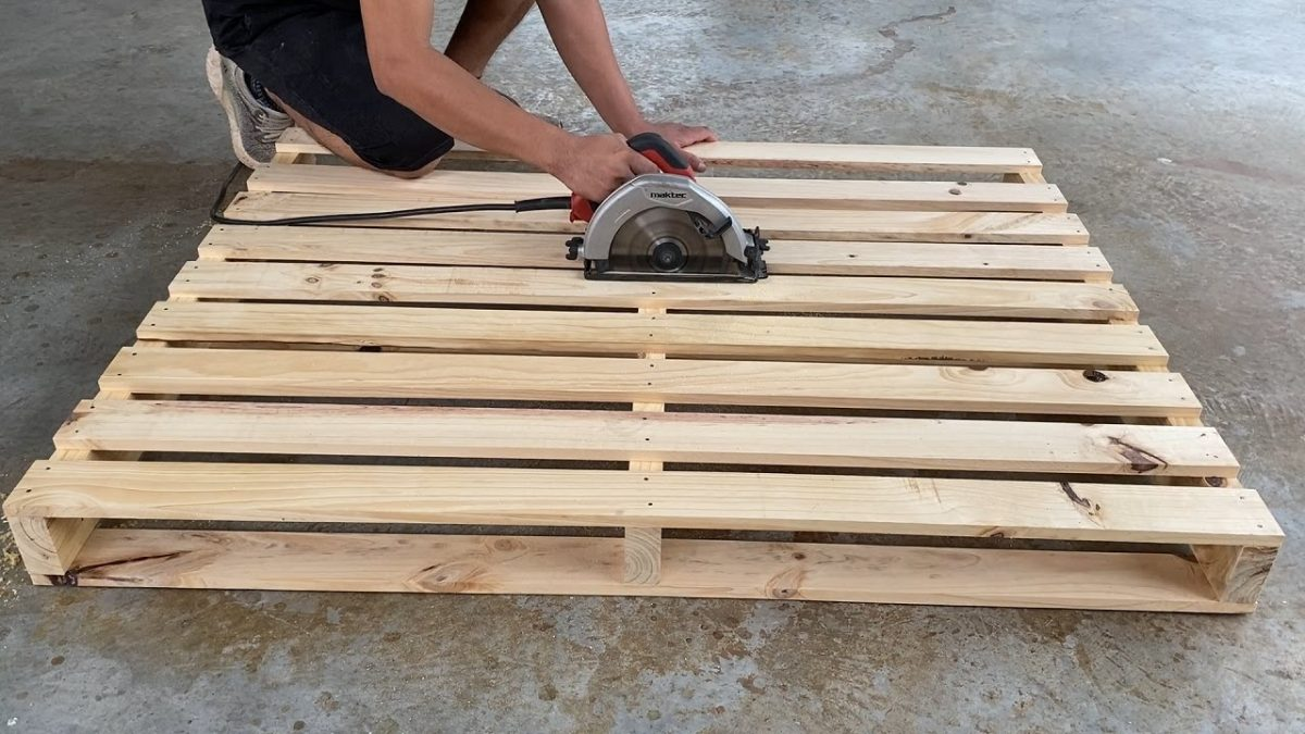 Outrageously Smart Recycled Pallet That You Should Try // Space Saving Folding Table and Chairs